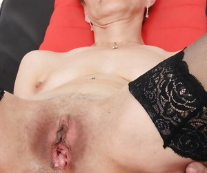 Mature lady Rozi spreading..