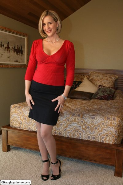 Fiery housewife Desirae..